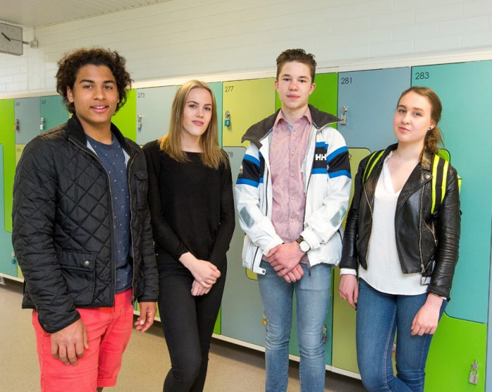 Students stannd in the corridor of the school. Photo: Olli Häkämies