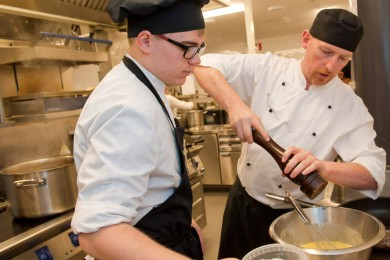 Cook student works together with the vocational teacher in the kitchen of the restaurant. Photo: Jyrki Vesa