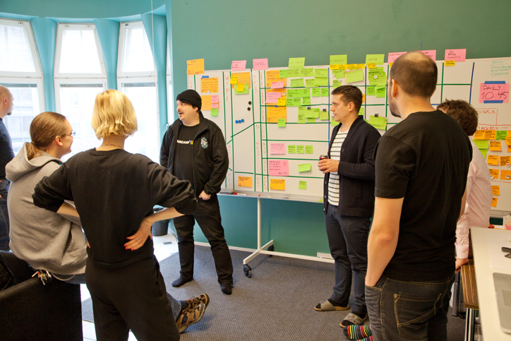 Program developers stand in a meeting room and they have a negotiation. Photo: Jasmin Heino